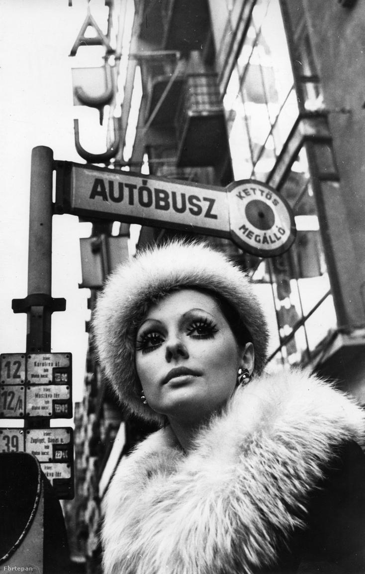 Luxy 1971-ből. Budapest II. kerületében, a Margit körút (Mártírok útja) 55., Május 1. mozi (ma Átrium Film-Színház) előtt áll Szilágyi Mari manöken.