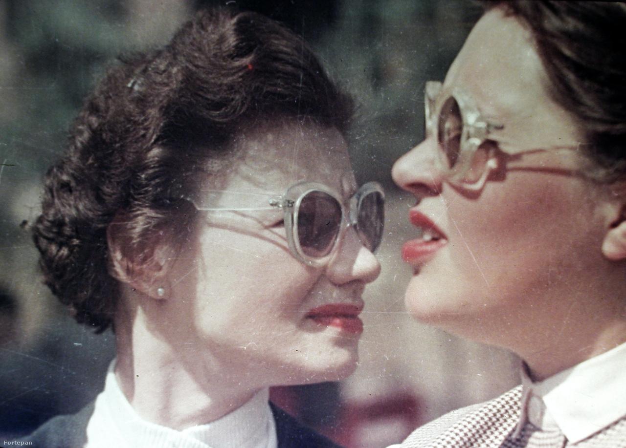 Az 1949-es divatfotón látható napszemüvegeket ma is fel lehetne venni
