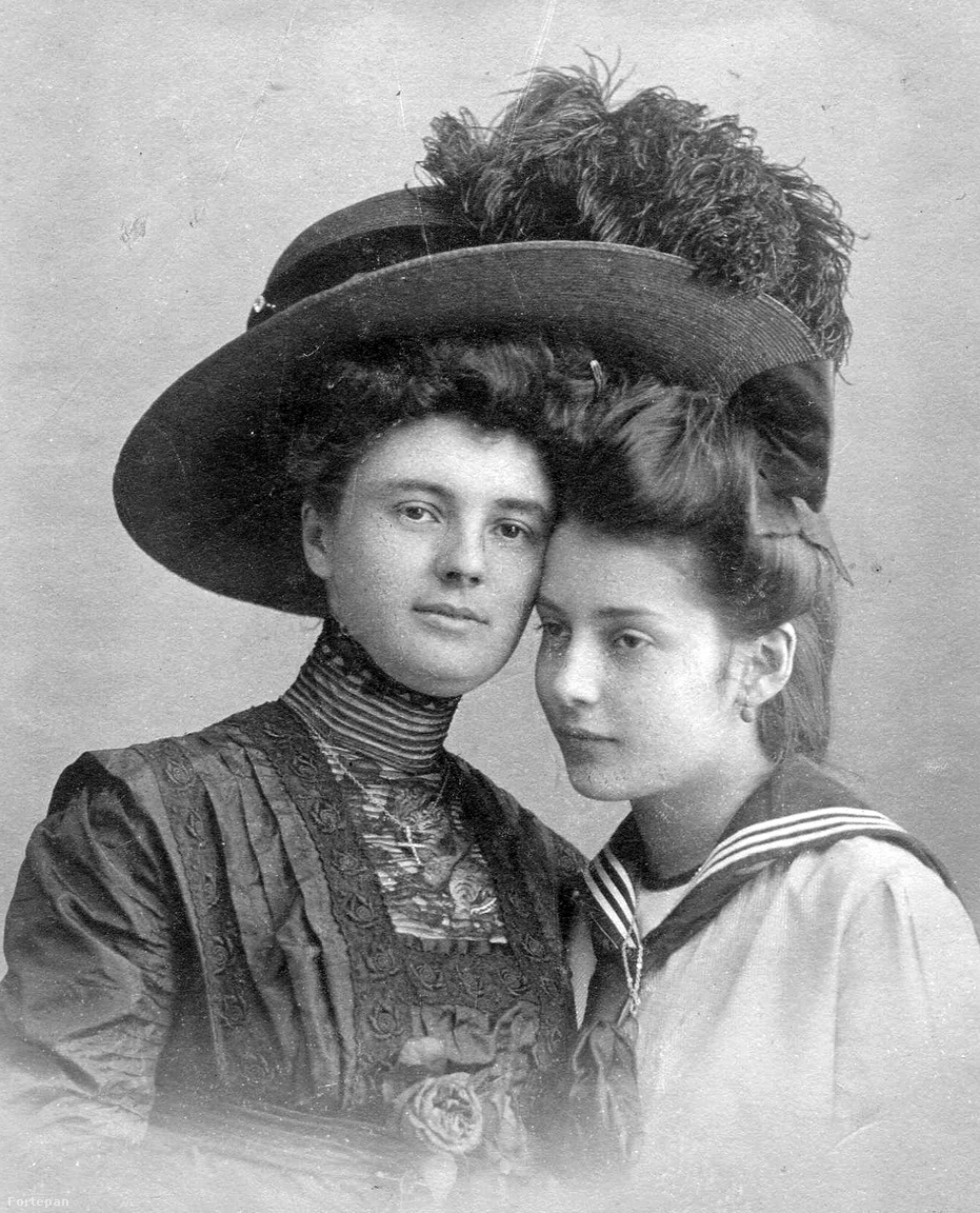 Ez egy régebbi divatkép 1900-ból, két nő egy nagyon menő kalap alatt