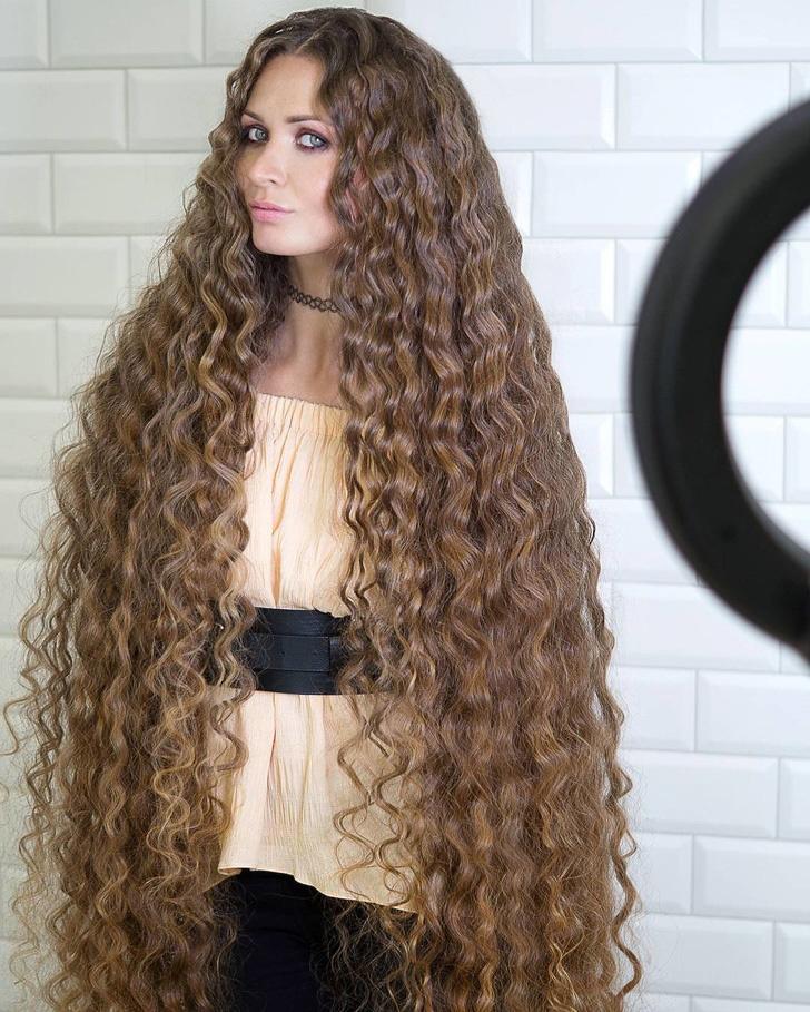 Dashik Gubanova hajának nemcsak a hossza természetes, hanem a hullámok is. Olyan, mintha csak egy mesefilmből lépett volna ki. Egyszerűen gyönyörű!