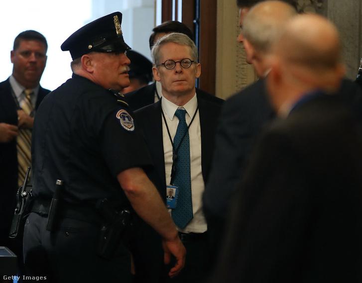 """Fehér Ház ügyvédje Emmet Flood (középen) érkezik az ún. """"Gang of Eight"""" eligazításra 2018.05.24. US Capitol, Washington DC"""