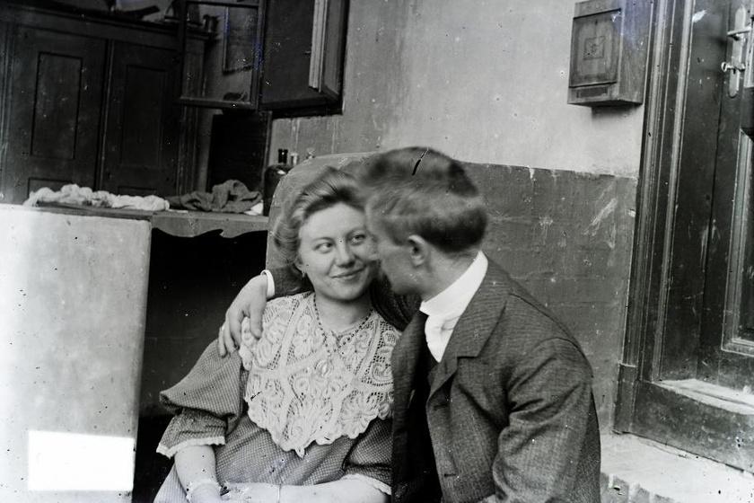 Pajkos tekintet a szerelmes fiatalasszonytól 1910-ből. Vajon mi lesz a következő mondat?
