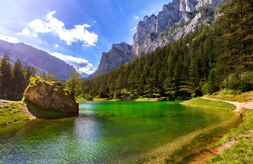 A Grüner See a stájerországi Hochschwab hegyei között, egy pici völgyben található. Nevét smaragdzöld színéről kapta, szintje ősszel a legalacsonyabb, ilyenkor felejthetetlen túrákat lehet tenni körülötte.