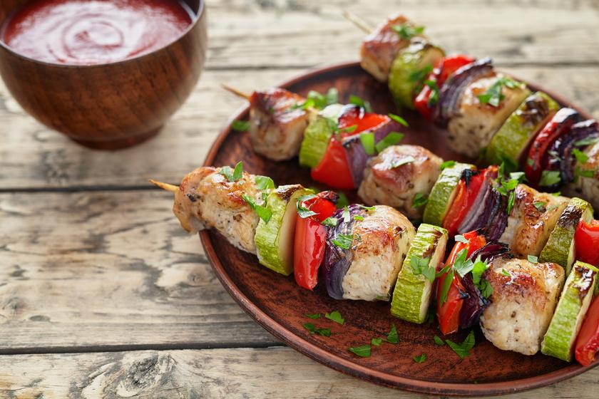 Nem igaz, hogy vége a nyárson sült ételek szezonjának. Egy csirkenyársat a sütőben is elkészíthetsz. Ha cukkinit és paradicsomot szúrsz mellé, káliumban és A-vitaminban gazdag ebéded lesz.