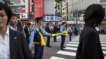 Talált egy rendőrpisztolyt, miután a japán kormányfő tovasuhant a forgalomban