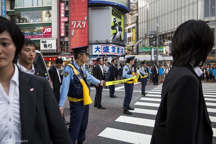 Képünk illusztráció (rendőri lezárás Tokióban, miniszterelnöki konvoj áthaladásakor)