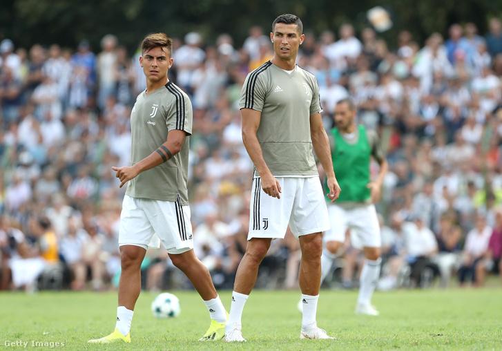 Paulo Dybala és Cristiano Ronaldo bemelegítés közben, a Juventus és a klub U19-es csapata közti barátságos meccs előtt, auguszts 18-án.