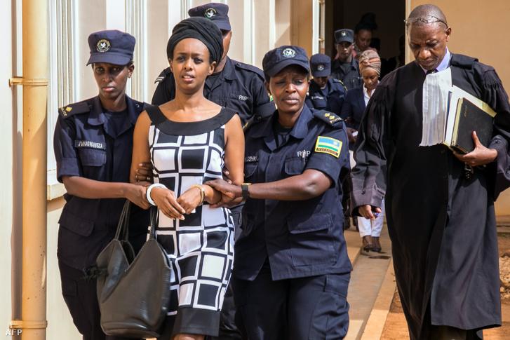 Diane Rwigarát bíróságra kísérik rendőrök Kigaliban, 2017. október 9-én