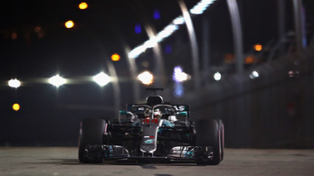 Hamilton iszonyatosan odatette magát, hibátlan időmérővel övé a szingapúri pole