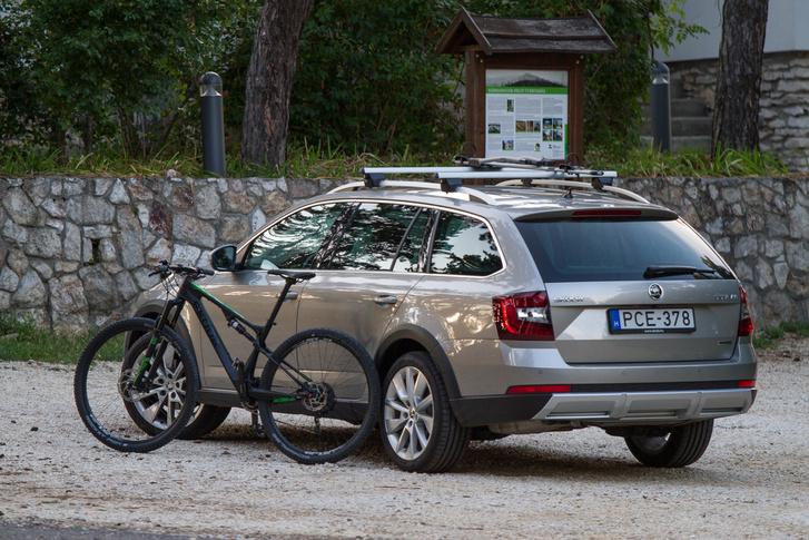 Az úgynevezett akítv életmód része a bicikli hurcolása, kaptunk az autóhoz tesztre egy Škoda bringát is, hamarosan erről is lesz egy posztunk
