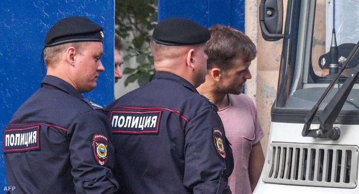 Rendőrök viszik el Verzilovot Moszkvában 2018. július 30-án