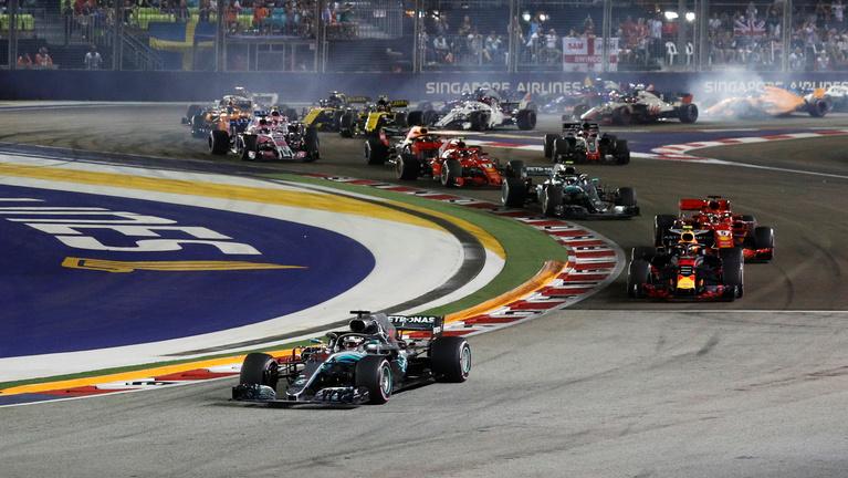 Hamilton zavartalan győzelmet aratott Szingapúrban