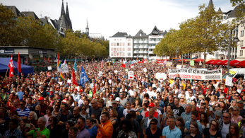 Sok ezren tüntettek Kölnben az emberséges menekültpolitikáért