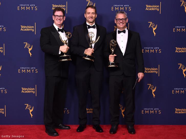 Középen Tamás Csaba és két amerikai kollégája Rob Bronow és Mark Hensley miután megkapták az Emmy-díjat