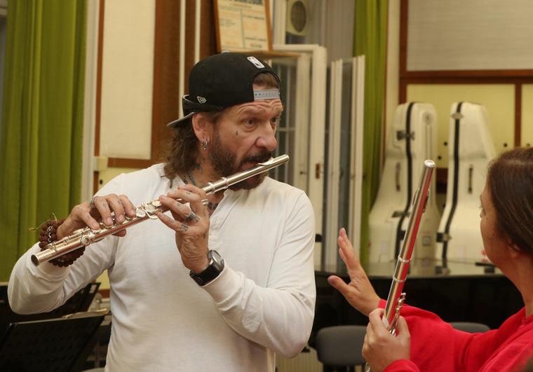 Zana Zoltánt pedig azért láthatja így, ahogy még sose, mert épp a Máv Szimfonikus zenekar próbatermébe tévedve kipróbálta a hangszereket.