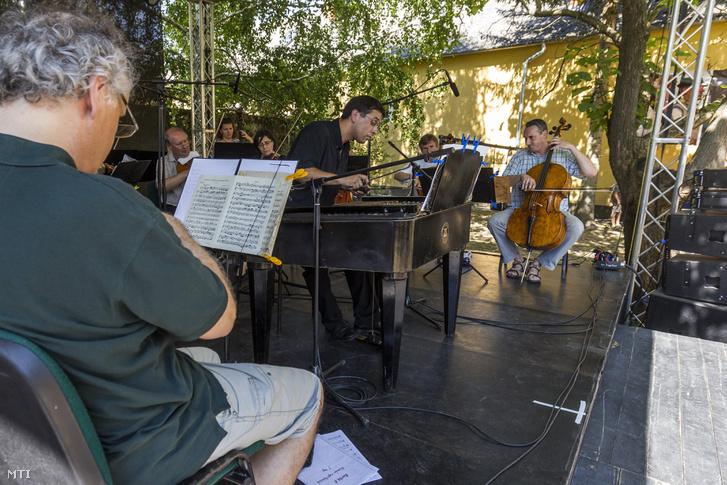 A Budapesti Vonósok Kamarazenekar és Szalai András cimbalomművész koncertje a 26. Művészetek Völgye 2016 kulturális fesztiválon 2016. július 31-én.