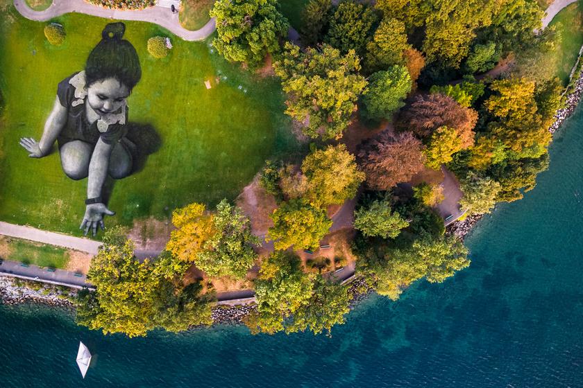 A Message from the Future című képet a művész a Genfi-tó partján kikötött, papírhajót ábrázoló installációval egészítette ki.
