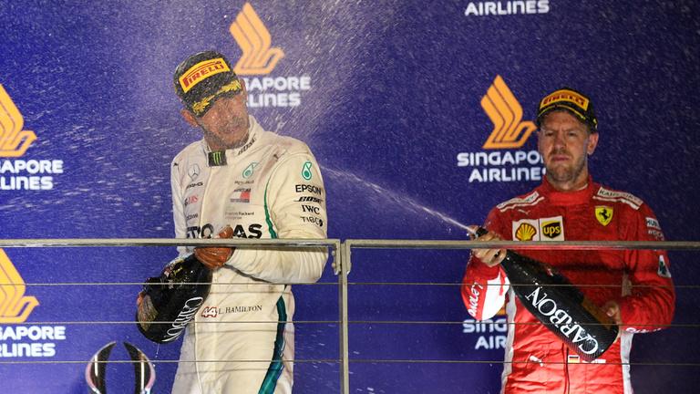 A Ferrari megvárja, míg elmegy a hajó