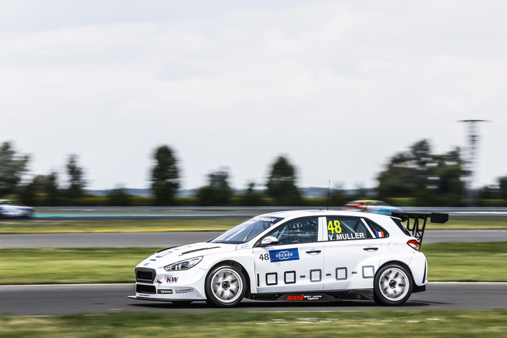 Az Yvan Muller Racing Hyundaia a Cyan-utalással a WTCR szlovákiai versenyhétvégéjén