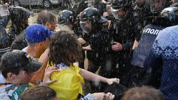 Nacionalista tüntetők csaptak össze rendőrökkel Kijevben a főügyészség előtt