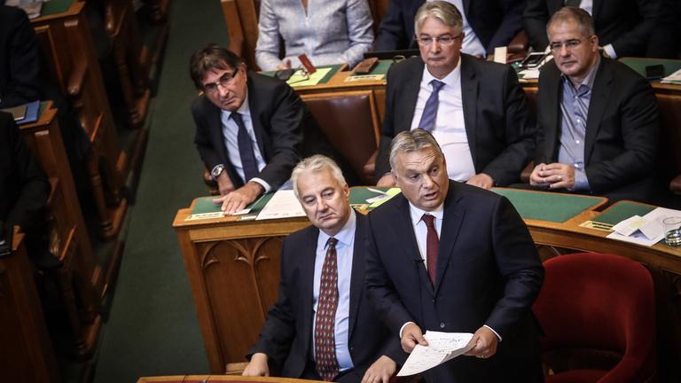 Orbán felsóhajtott, amikor sakkfigurának nevezték