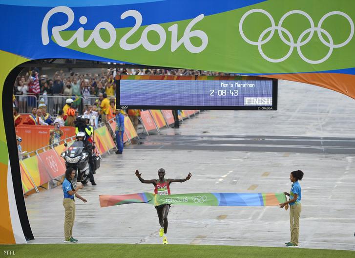 Kipchoge a riói nyári olimpia férfi maratonfutás versenyszáma után Rio de Janeiróban a Szambasétényon 2016. augusztus 21-én.