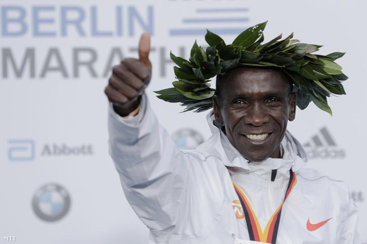 Eliud Kipchoge az eredményhirdetésen miután új világrekorddal 2 óra 1 perc 39 másodperccel nyert a férfiak mezõnyében a 45. berlini maratonon 2018. szeptember 16-án.