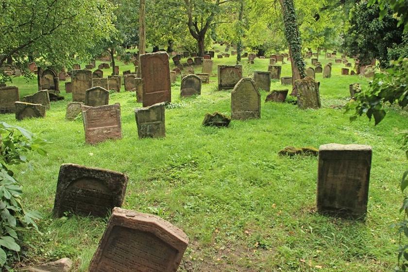 A Heiliger Sand nevű temetőben, a német Worms-ban 1058-as sír is található. A temetőbe a 11. században temetkeztek először.