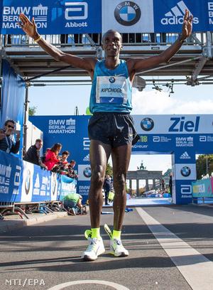 Kipchoge ünnepel a célban miután megnyerte a 42. berlini maratont 2015. szeptember 27-én.