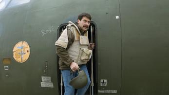Behorpadt a repülő ajtaja, Áder itthon ragadt