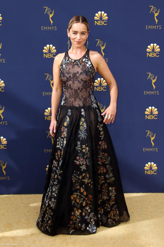 Az Emmy-gála legmegdöbbentőbb jelenete megvolt, úgyhogy most jöhetnek a legjobban öltözött, legszexibb, legdögösebb színésznők.Kezdjük is a sort Emily Clarkeval, aki ezzel a szereléssel simán mehetne vissza a Trónok harca díszletébe forgatni, mivel bőven megállná a helyét ott is, mint a sárkányok anyja.