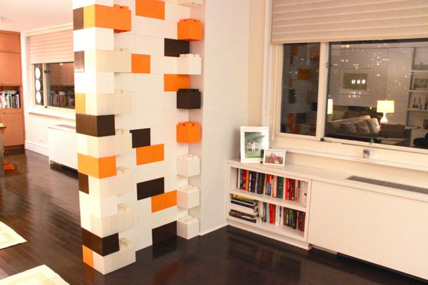 A LEGO normál esetben a gyerekszobába való, de itt a példa, hogy egy modern vagy egy gyereklelkű felnőtt lakásában is jól mutat.