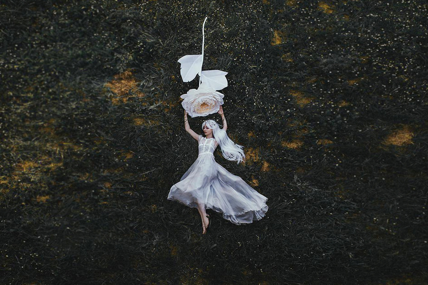 Különös szögből fényképezte fekvő modelljeit a fotós - Igényes és látványos képek