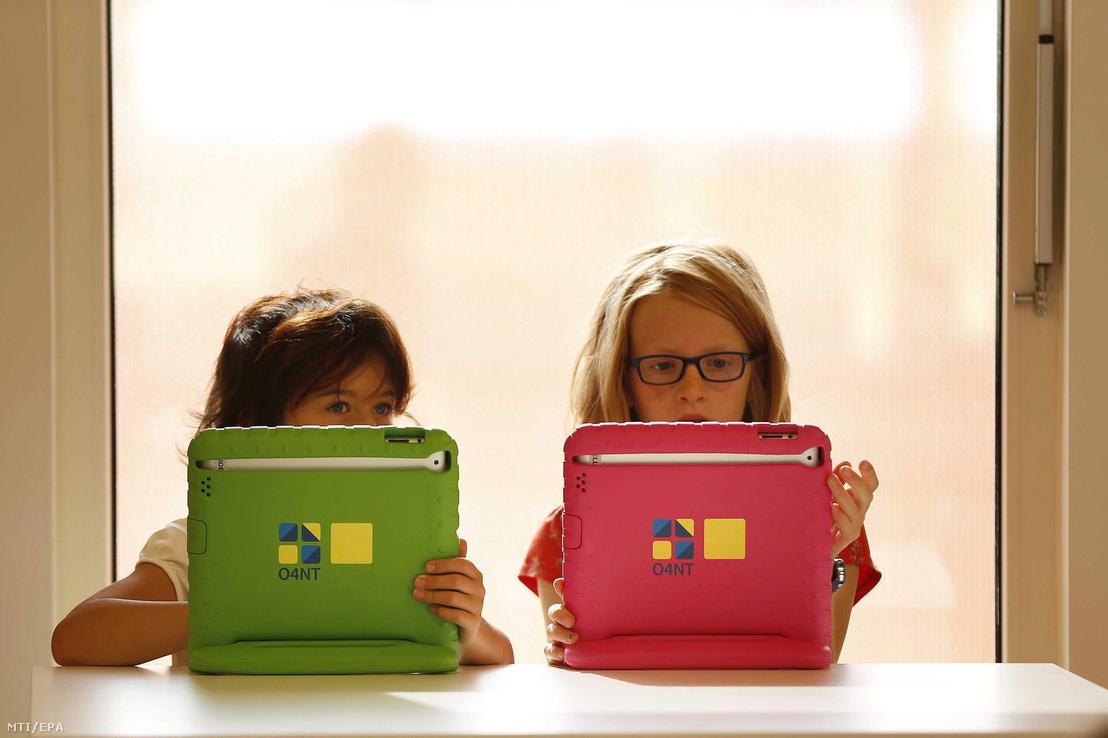Gyerekek játszanak az iskola által biztosított saját táblagépükkel az észak-hollandiai Sneekben 2013. augusztus 21-én