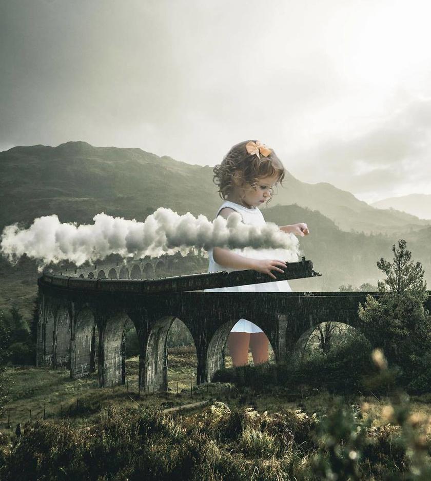 Vajon az óriási kislány tényleg csak naivan játszik? Baljós hangulatot áraszt a kisvasút és a gyerek képe.