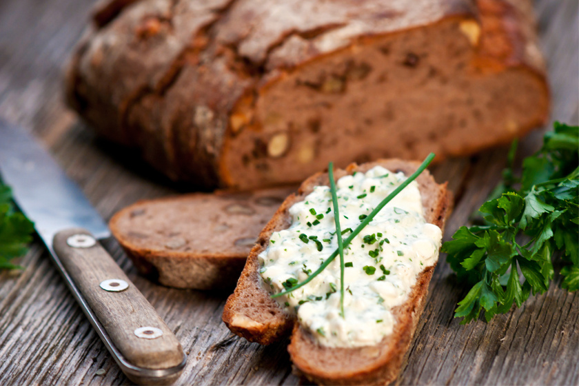 Mivel a petrezselyem rengeteg vasat tartalmaz nyers állapotában, egy zöldfűszeres, házi túrókrémmel kent kenyér nagyszerű tízórai lehet.