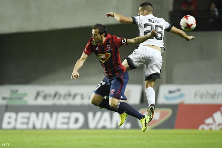 A fehérvári Danko Lazovics és a belgrádi Nemanja Miletic a labdarúgó Európa Liga selejtezõjében játszott Videoton FC - Partizan Beograd visszavágó mérkõzésen a felcsúti Pancho Arénában 2017. augusztus 24-én.
