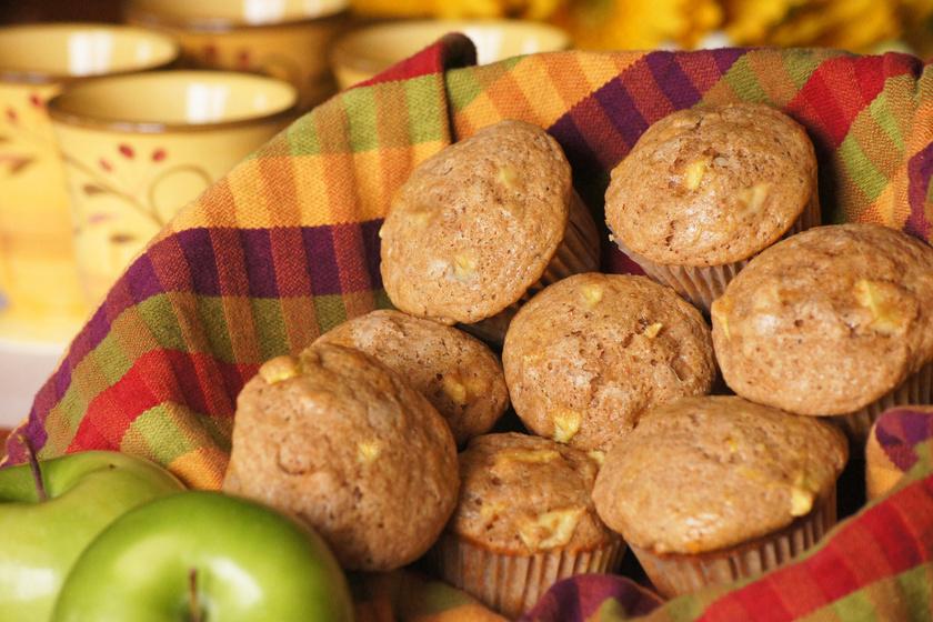 Ha ősz, akkor alma minden mennyiségben! Készülhet vele torta, piskóta, kevert tészta, és a muffinhoz is remek választás. Összeállítani csupán pár perc, jól illik hozzá a fahéj és a szegfűszeg, a tésztájába pedig rakhatsz kakaót és diódarabokat.