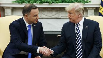Trump Erődítményt akar a lengyel elnök az országába
