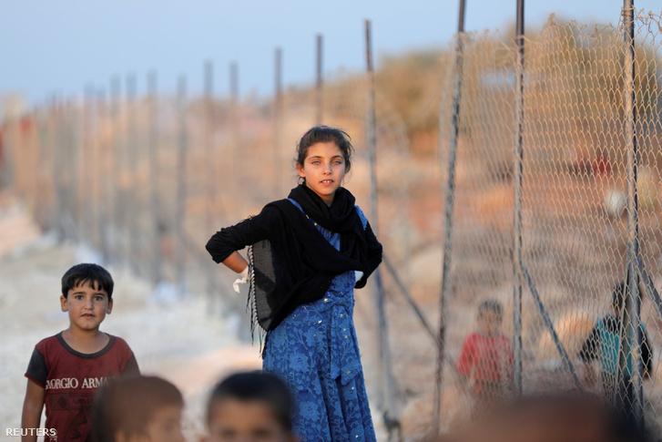 Szíriai gyerekek egy menekülttáborban Idlib tartományban