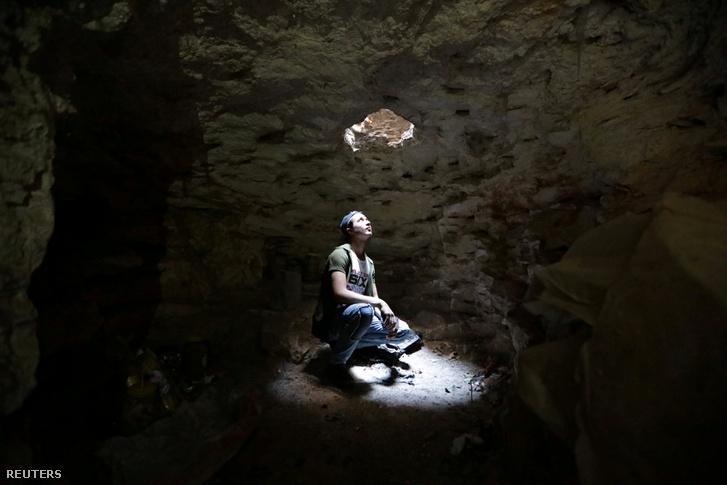 Egy barlangban menedéket kereső férfi Idlibben