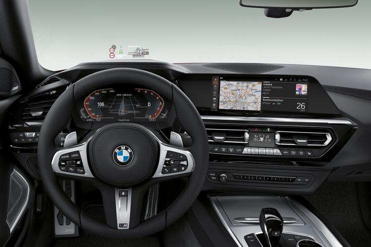 Ez tehát a BMW Z4 belseje. A letakart részek alól ugyanezek a kontúrok jöttek ki, de persze lehet különbség