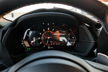 A műszeregység erősen nem BMW-s, bár azt mondták, sokkal jobb minőségű LCD-lesz benne
