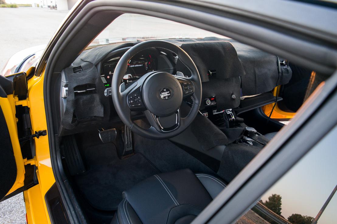 Hiába volt letakarva a belseje,ami kilátszott belőla, erőteljesen BMW-s volt, az embléma helyét !!!Interieur abdecken!!!, azaz a belsőt letakarni matrica takarta