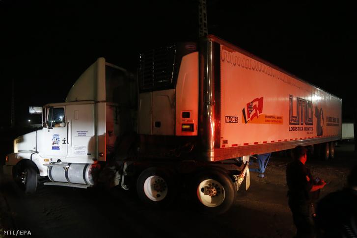 Mexikói rendõrök õriznek egy 157 holttestet tároló hûtõkocsit a nyugati Jalisco szövetségi tagállam Tlajomulco településén 2018. szeptember 17-én.