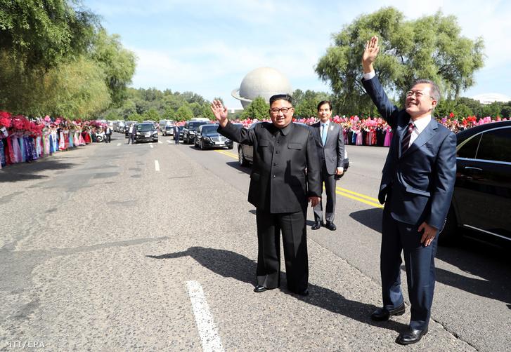 Mun Dzse In dél-koreai elnök (j) észak-koreaiaknak integet Kim Dzsong Un észak-koreai vezetõ társaságában Phenjanban 2018. szeptember 18-án.