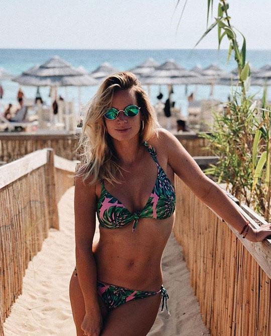 Mádai Vivien azt írta a képhez, levegőt sem vett, hogy a nyaralás alatt elfogyasztott sok Margherita pizza ne látszódjon.