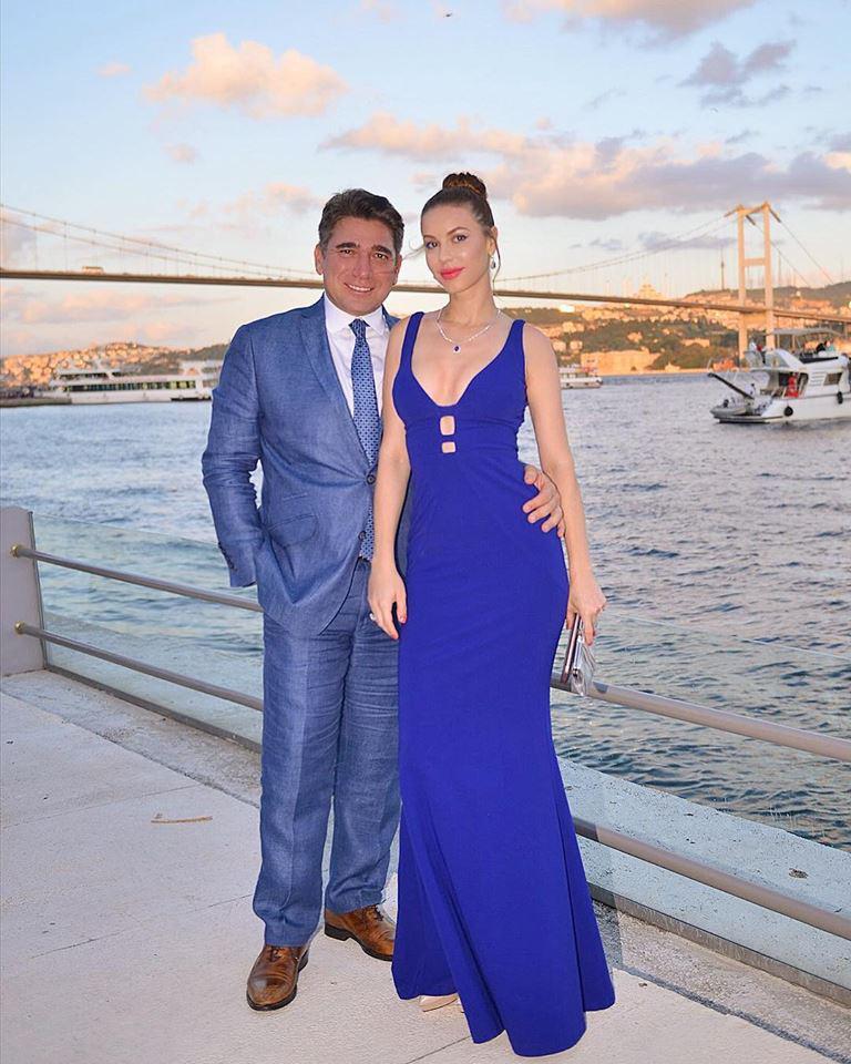 Csősz Bogi imádott férjével, Burak Taluval a csodás Isztambulban, mögöttük a Boszporusz hídja látható.