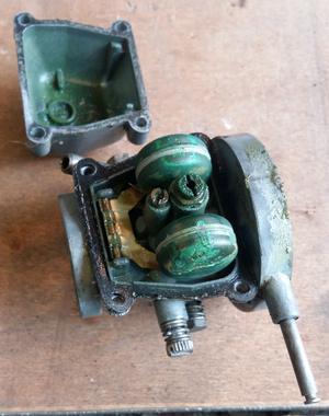 Zöldes lerakódások egy sokat állt motorból