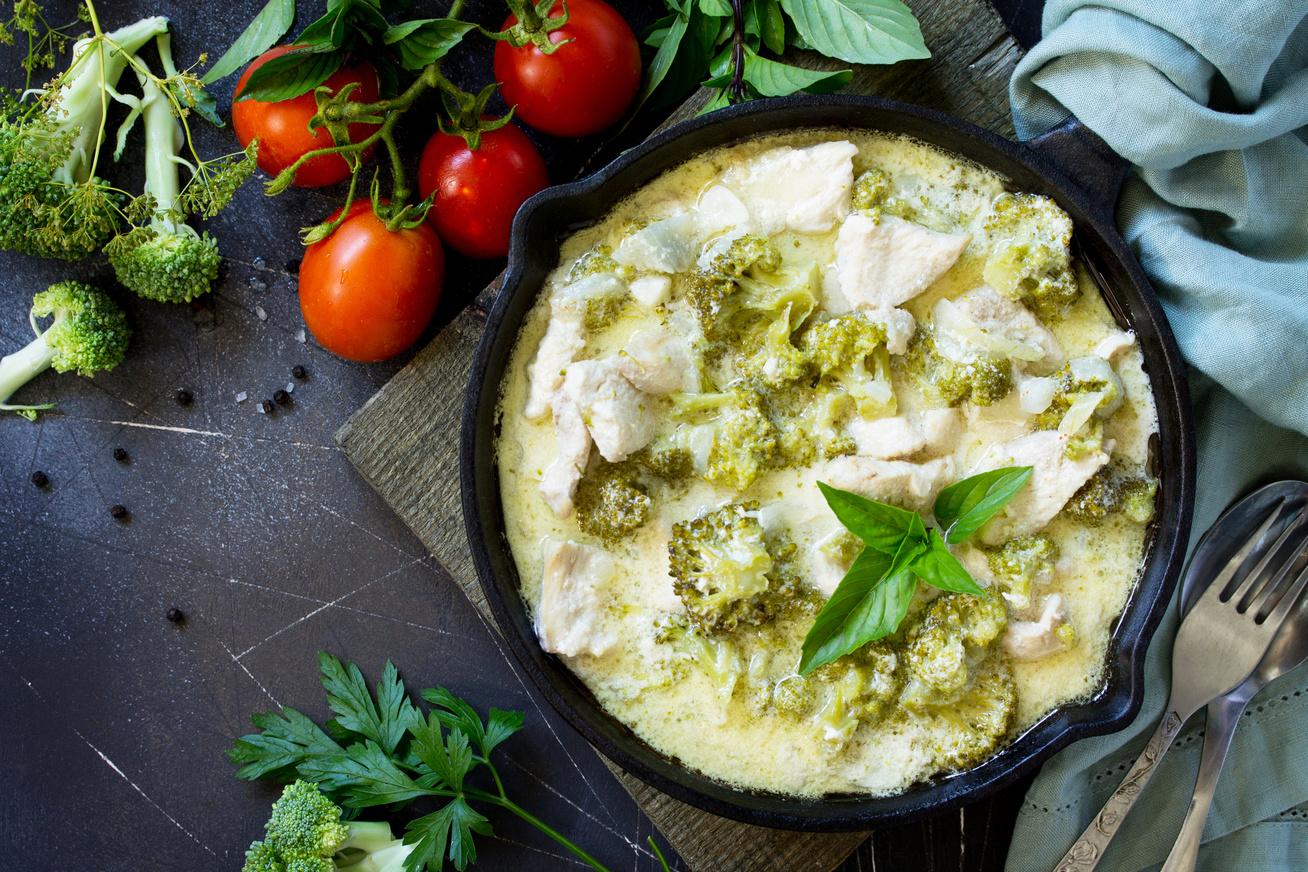 Tejfölös, brokkolis csirkeragu: jó szaftos, a hús pedig omlós